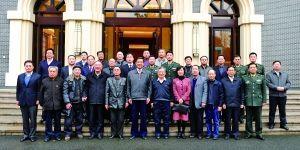 昨日,市领导薄熙来、黄奇帆等会见历任雷锋班班长及雷锋战友并合影。 重庆日报图