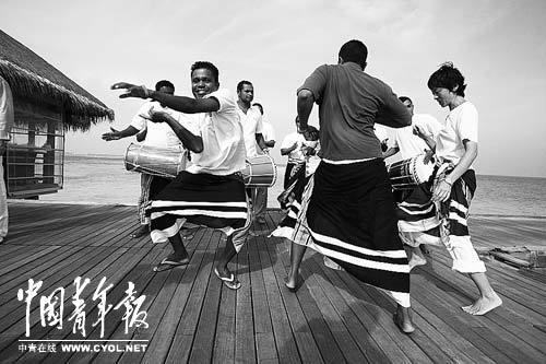迪娃岛上LUX酒店员工在为上岛客人举行欢迎仪式。
