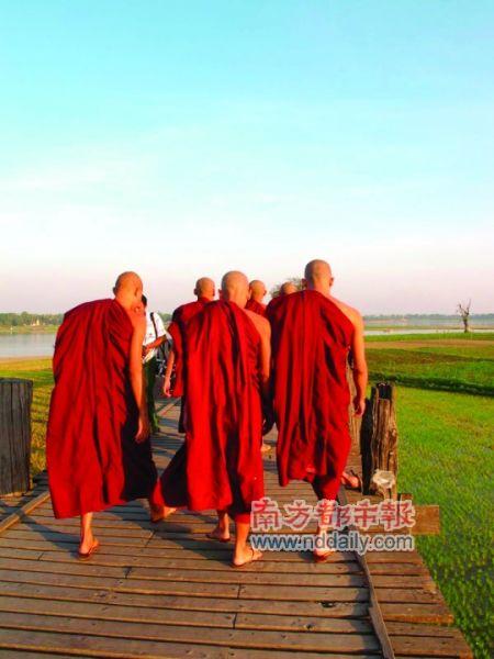 一群僧人走上古老的乌本桥。
