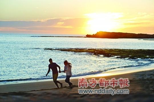 与爱人携手在南澳大利亚美丽的海滩欣赏无敌的落日美景。