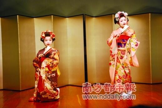 日本最传统的艺伎表演,让人想起了《艺伎回忆录》。她们唱的多为爱情歌曲及祝福之歌。