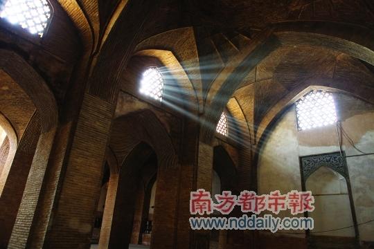 在伊斯法罕,阳光从清真寺的窗花里漏下来。