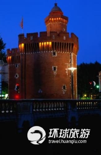 这是一个14世纪的红砖建筑,曾经是个监狱