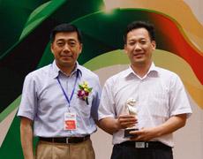 刘亦工给B类获奖代表颁奖