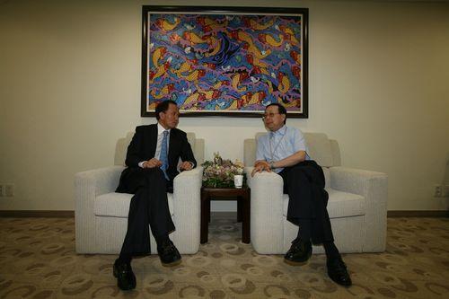 张鑫森大使一行在结束对丽水世博会的考察之后来到中国馆贵宾室与中国馆政府代表、馆长赵振格进行会谈