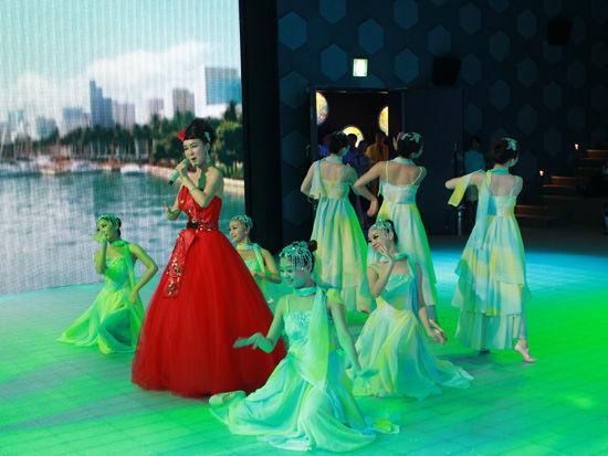 本届世博会广东活动周的最大亮点是将经济交流与文化艺术展示活动有机结合、相得益彰。
