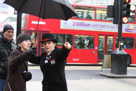 专题二配图:涵盖牛津街,摄政街以及邦德街的伦敦新西区已经做好了迎客的准备,他们甚至在各个路口安排穿着具有老伦敦风情的导购。
