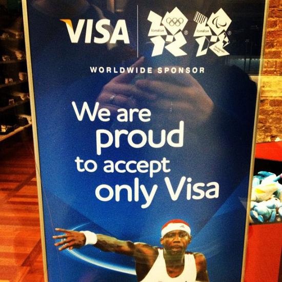 在伦敦国王十字火车站的维萨卡广告牌。做顶级赞助商好处多多,例如:麦当劳可以在伦敦奥运村里建出的全球最大的麦当劳餐厅;维萨卡一统奥运园区的所有刷卡终端。