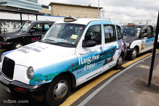 杭州把茶道和姑娘秀上了伦敦街头的出租车。 (南方周末记者 张涛/图)