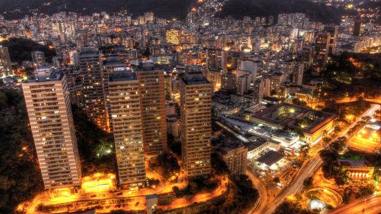 在里约比较高档的南区,在一个两房的公寓里租一个房间,租金基本已经向1000美元挺进,与伦敦的租金价格不相上下。而若是租赁公寓作为假期房,靠近Copacabana海滩的一房价格是每周约4000人民币。