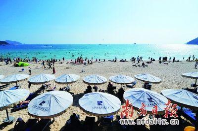 元旦期间,游客在三亚海边游玩。