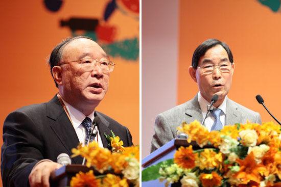 重庆市市委副书记、市长黄奇帆校友(左)和中国农业部副部长朱保成先生(右)发表演讲