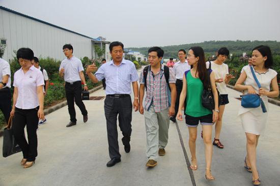 山东民和牧业股份有限公司董事长孙希民与媒体记者交流