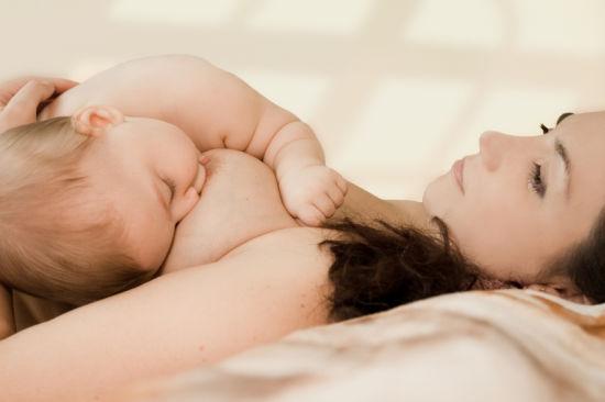 六个月纯母乳喂养对婴儿和母亲有诸多好处。