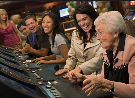 """众多养老院已经开始跟附近赌场合作,由赌场提供免费大巴,每周定期将养老院的""""上帝们""""运往赌场消费。"""