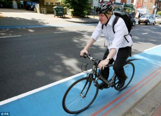 图片说明:伦敦市长鲍里斯-约翰逊每天骑车上下班。(图片来源:美联社)