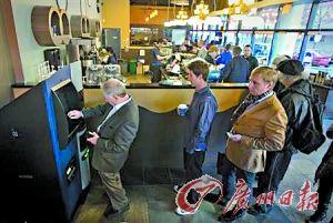 温哥华市民慕名而来,在比特币ATM机前排起了长长的队伍。