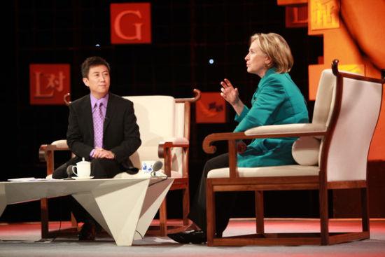 2010年,与希拉里对话。