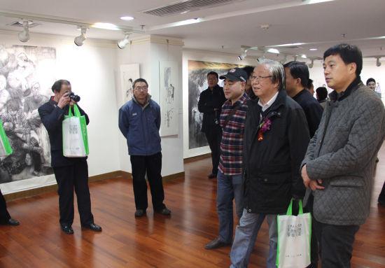 赵曼新年水墨展受到了美术界和广大观众的极大关注,图为孙克等嘉宾观看展览