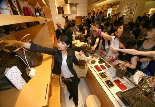 同样的一块腕表,国内外差价能高达40%,其他品类的奢侈品国内外差价也很大。