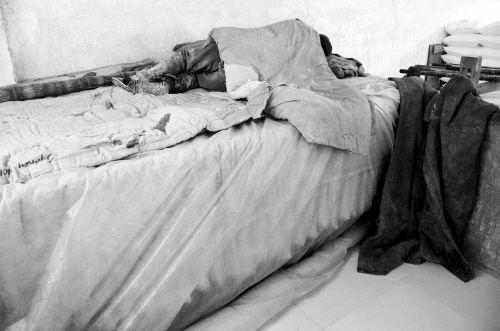 工人睡觉的床下,堆放着加工的食品
