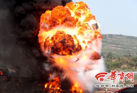 近千废弃油桶燃爆