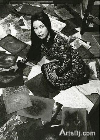 1957年,28岁的草间弥生在东京和其作品合影