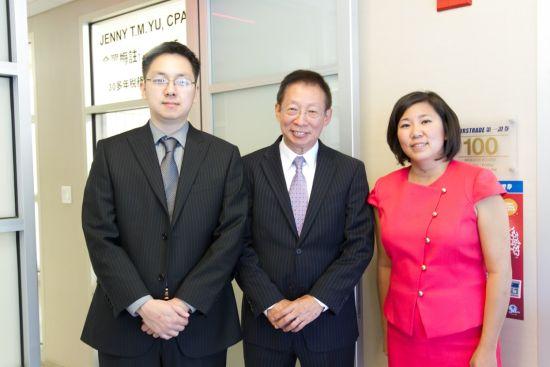 第一证券技术部总监Jack Liu(左一)、第一证券董事长刘锦杭(左一)和国会众议员孟昭文(右一)在法拉盛分行合影
