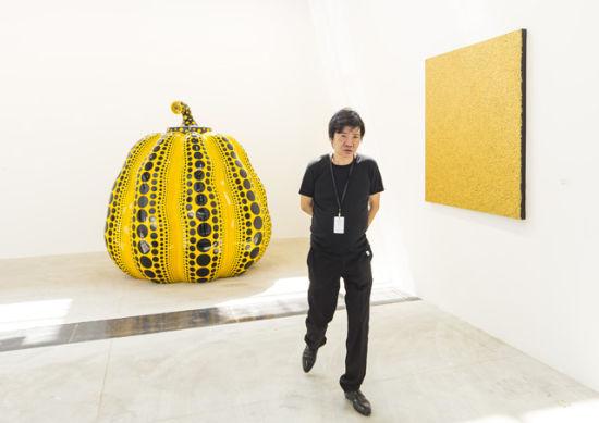 WWW_JJY_COM_周铁海在带来草间弥生数件作品的大田画廊前(摄影:jjy photo)