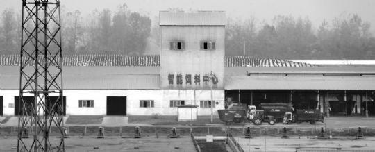 现代牧业宝鸡牧场养殖场内的智能饲料中心。本报特派记者 徐楚云 摄