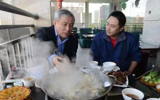 午餐菜谱:云南清汤火锅、牛肉500克、小炒牛干巴、饵块、豆皮、菠菜、油菜、粉丝、火锅面。四个人,230元。