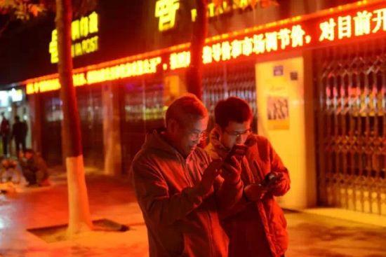 21:00,一天调研接近尾声。上车前,我们在老县城街头研究起了当地的taxi市场:滴滴、快滴、易道、AA……