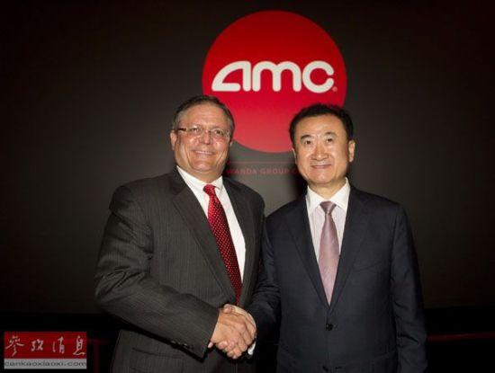 资料图片:2012年9月4日,万达集团董事长王健林(右)与AMC首席执行官和董事长杰里・洛佩斯在美国西洛杉矶一家AMC影院出席新闻发布会。新华社发(赵汉荣摄)
