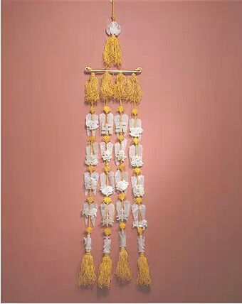 玉组佩   明晚期,通长53.6cm,清宫旧藏。组佩由53件玉饰串成。上部以一件寿星骑鹤式玉纽总揽组佩,其下有金质横梁,横梁两端为龙头。横梁下悬有4串玉片,每串由上下5组构成,横向相对。