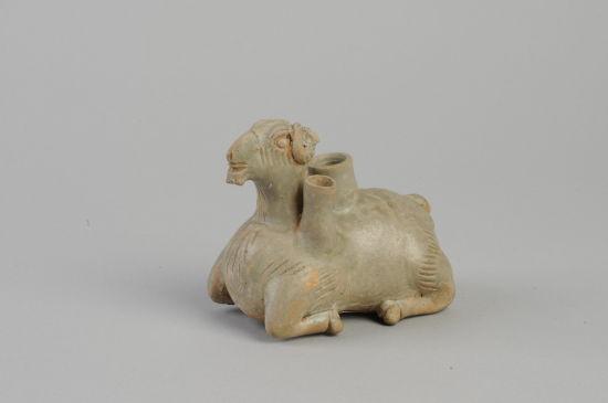 图1 1972年安徽省宣城出土的青瓷羊(安徽博物院藏)