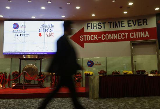 """由香港大力推动的""""沪港通""""乃至未来设想的大宗商品、货币等各市场互联互通,正在协助上海一步一个脚印地走向国际金融中心的目标。(路透社图片)"""