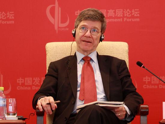 """由国务院发展研究中心主办的""""中国发展高层论坛2015""""于3月21日-23日在北京举行。美国哥伦比亚大学教授杰弗里-萨克斯出席并演讲。(图片来源:新浪财经 刘海伟 摄)"""