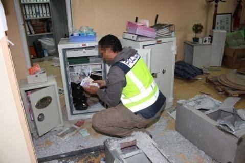 帝王行动中,警察在保险箱中查到的现金,国家广播电视台