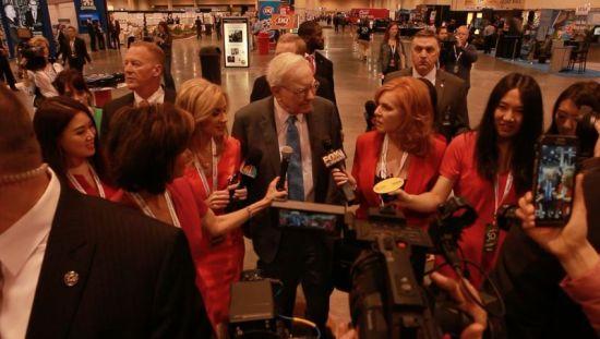 新浪财经北美站记者赵晶与CBNC、FOX、CNN等名主持共同对话巴菲特