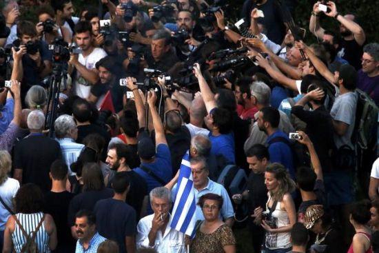 7月13日,希腊反欧盟反对者手持希腊国旗在议会门前会议请愿。 REUTERS/YANNIS BEHRAKIS