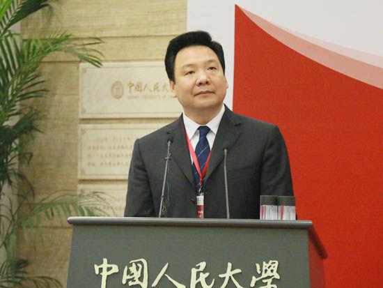 上图为《人民币国际化报告2015》主编、中国人民大学校长陈雨露(图片来源:新浪财经 顾国爱 摄)