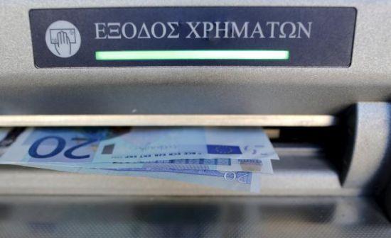 希腊一家银行的ATM机正在出钞。 REUTERS/CHRISTIAN HARTMANN