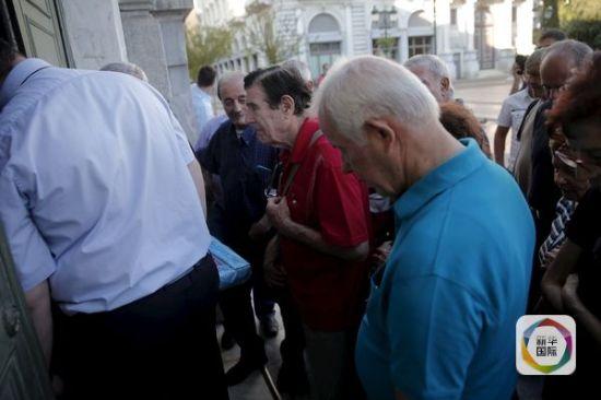 7月17日,希腊首都雅典,退休老人等待银行开门,准备取钱。(图片来源:新华/路透)