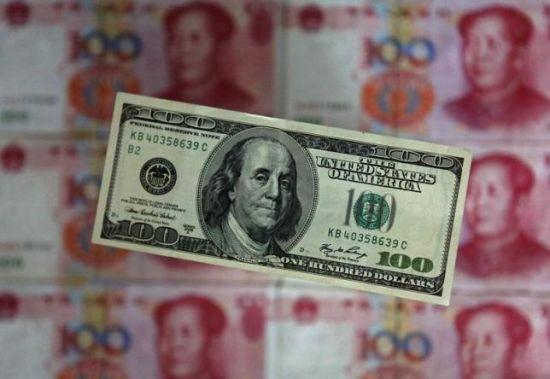 图中为百元面额公民币与美圆纸币。 REUTERS/PETAR KUJUNDZIC