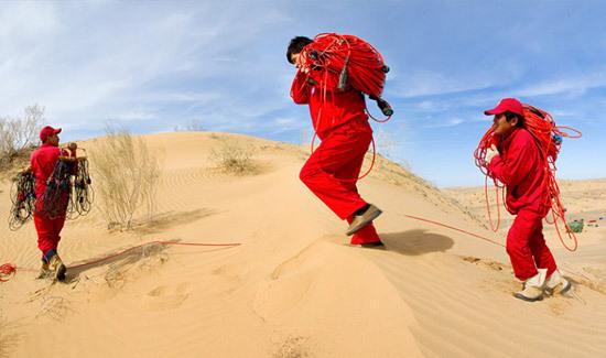 排列在沙漠地区扛线