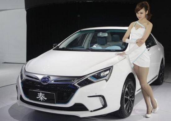资料图片:2012年4月24日,北京车展,一名车模站在比亚迪秦旁。 REUTERS/JASON LEE