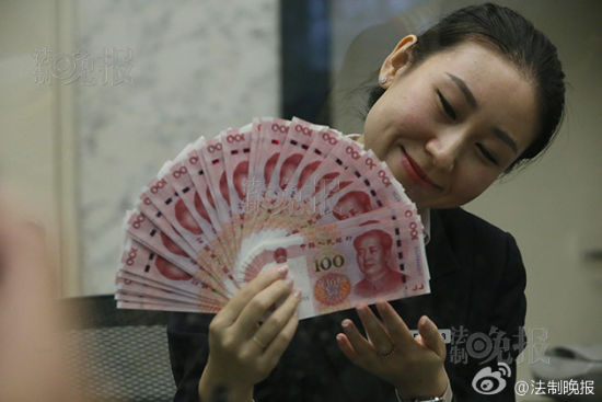 市民拿到新版人民币