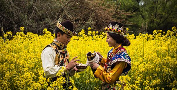 藏族情侣雪山下的生活