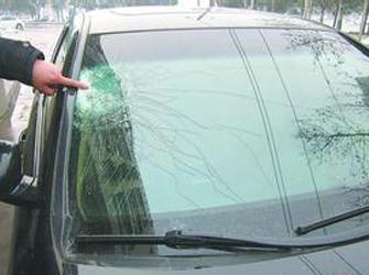重庆:停车堵路起纠纷 车主互砸车窗玻璃