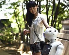 日本妹子与智能机器人长相厮守